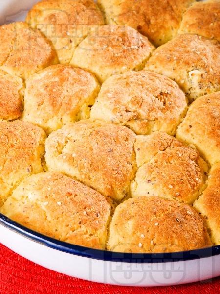 Содени питки със семена (ленено, маково и сусам) и сирене от пшеничено и царевично брашно - снимка на рецептата